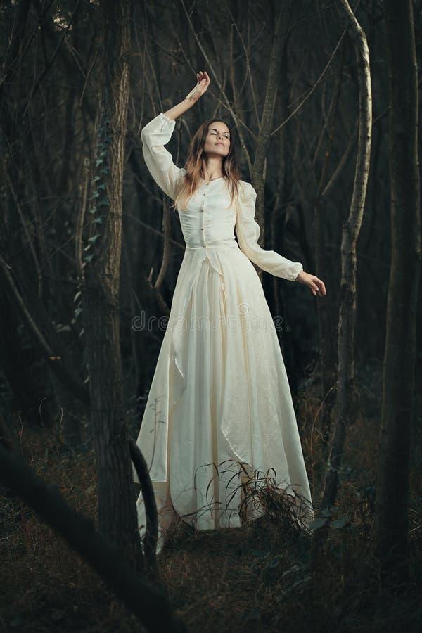 Одетая викторианец левитация женщины стоковая фотография
