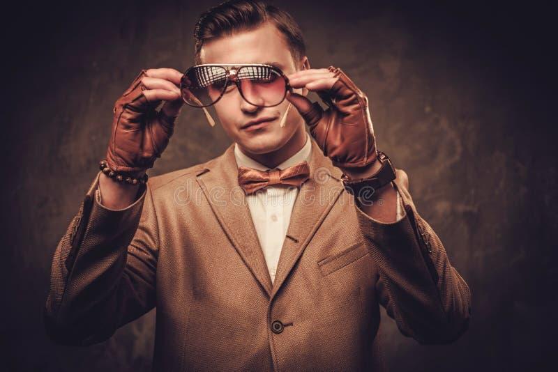 Одетые диезом куртка и бабочка человека нося стоковая фотография rf