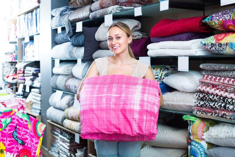 Одеяло рудоразборки клиента женщины стоковое изображение rf