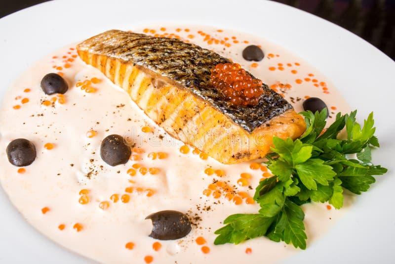 оливки зажаренные рыбами стоковое изображение