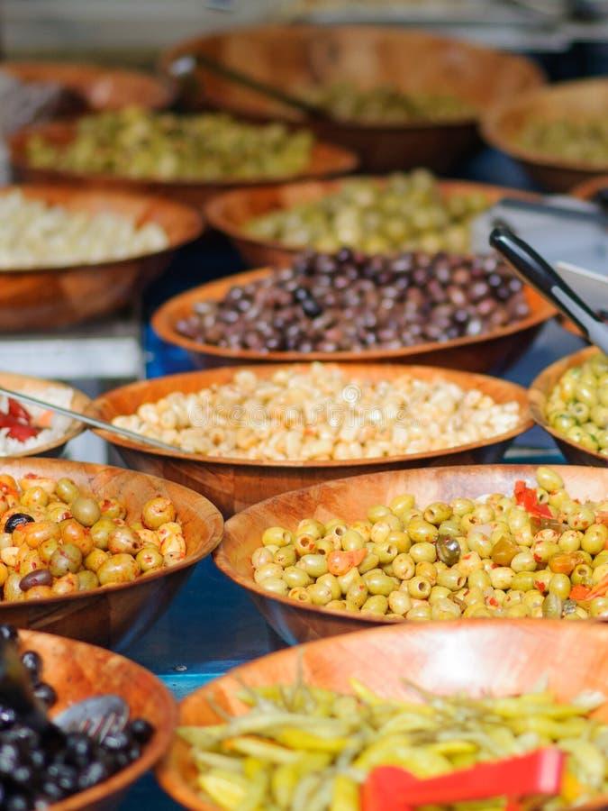 Оливки на рынке стоковое фото
