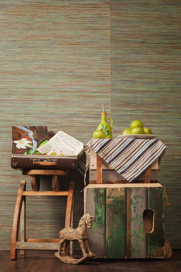 Оливки, яблоки и деревянная лошадь стоковые фото