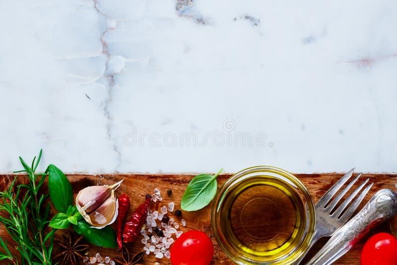 Оливковое масло и ингридиенты стоковые изображения rf
