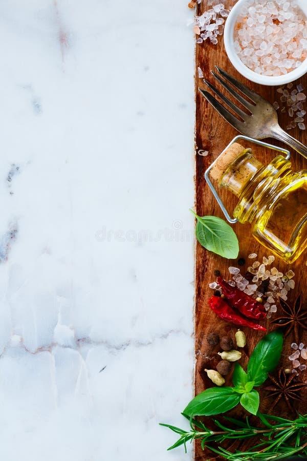 Оливковое масло и ингридиенты стоковое изображение