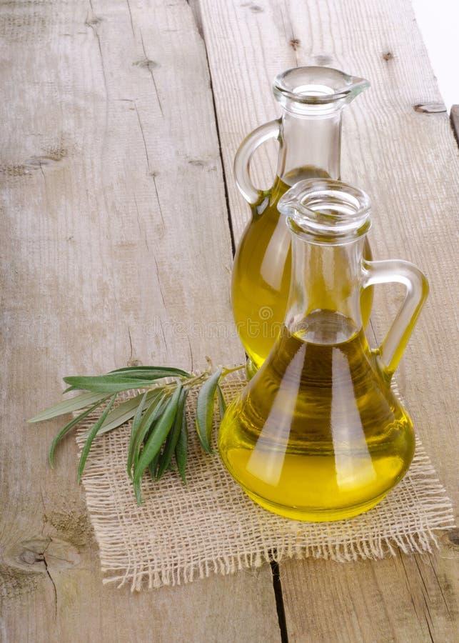 Оливковое масло на деревянном стоковые фото