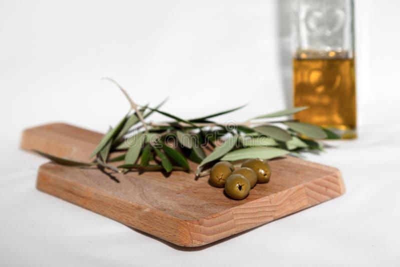 Оливковое масло при оливки изолированные на белой предпосылке стоковые изображения