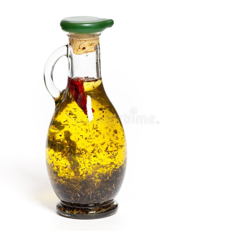 Оливковое масло с травами в бутылке стоковое изображение rf