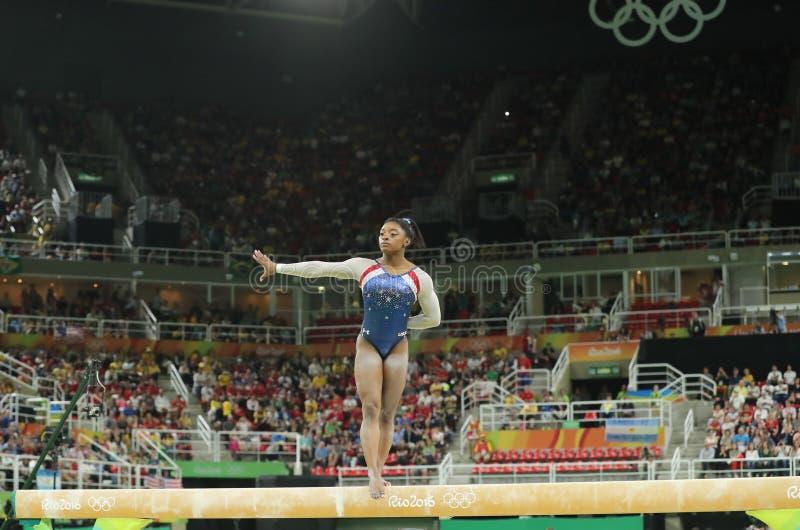 Олимпийские желчи Simone чемпиона Соединенных Штатов состязаясь на коромысле на женщинах все-вокруг гимнастики на Рио 2016 стоковые фото