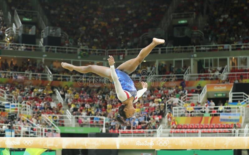 Олимпийские желчи Simone чемпиона Соединенных Штатов состязаясь на коромысле на женщинах все-вокруг гимнастики на Рио 2016 стоковое фото rf