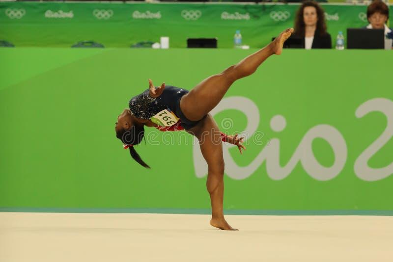 Олимпийские желчи Simone чемпиона США состязаются на вольных упражнениях во время женщин все-вокруг квалификации гимнастики стоковые фотографии rf