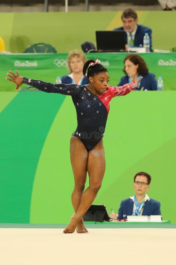 Олимпийские желчи Simone чемпиона США состязаются на вольных упражнениях во время женщин все-вокруг квалификации гимнастики стоковое изображение rf