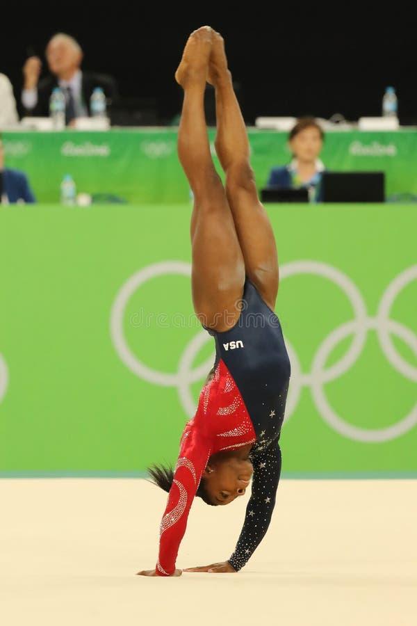 Олимпийские желчи Simone чемпиона США состязаются на вольных упражнениях во время женщин все-вокруг квалификации гимнастики стоковая фотография rf