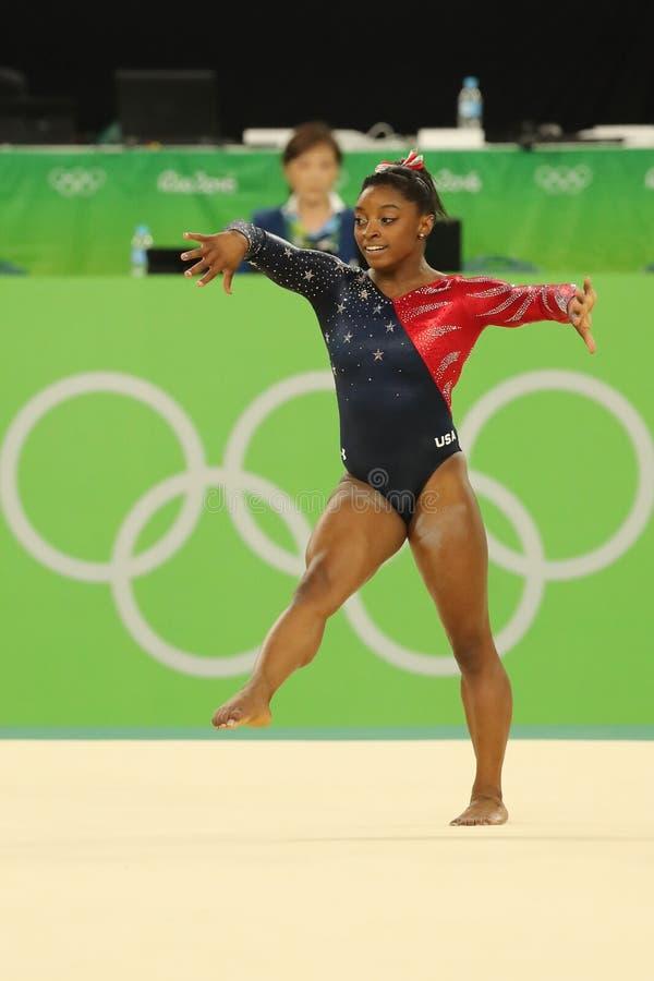 Олимпийские желчи Simone чемпиона США состязаются на вольных упражнениях во время женщин все-вокруг квалификации гимнастики стоковые изображения rf