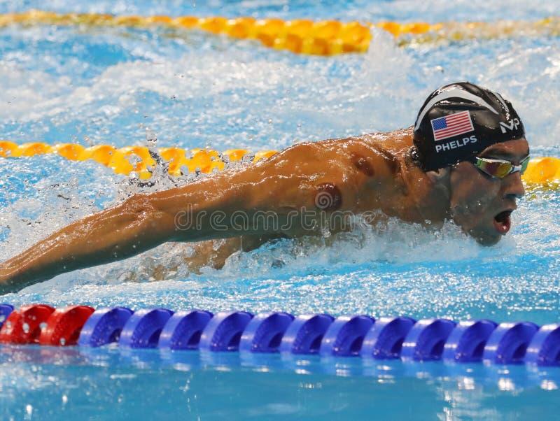 Олимпийский чемпион Майкл Phelps Соединенных Штатов состязается на бабочке ` s 200m людей на Рио 2016 Олимпийских Игр стоковые фотографии rf