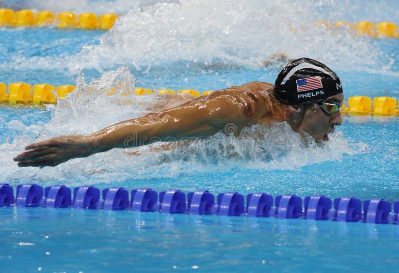 Олимпийский чемпион Майкл Phelps Соединенных Штатов состязаясь на бабочке 200m людей на Рио 2016 Олимпийских Игр стоковые изображения rf