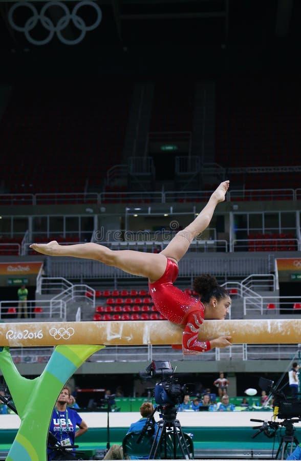 Олимпийский чемпион Laurie Hernandez Соединенных Штатов практикует на коромысле перед ` s женщин все-вокруг гимнастики на Рио 201 стоковое фото
