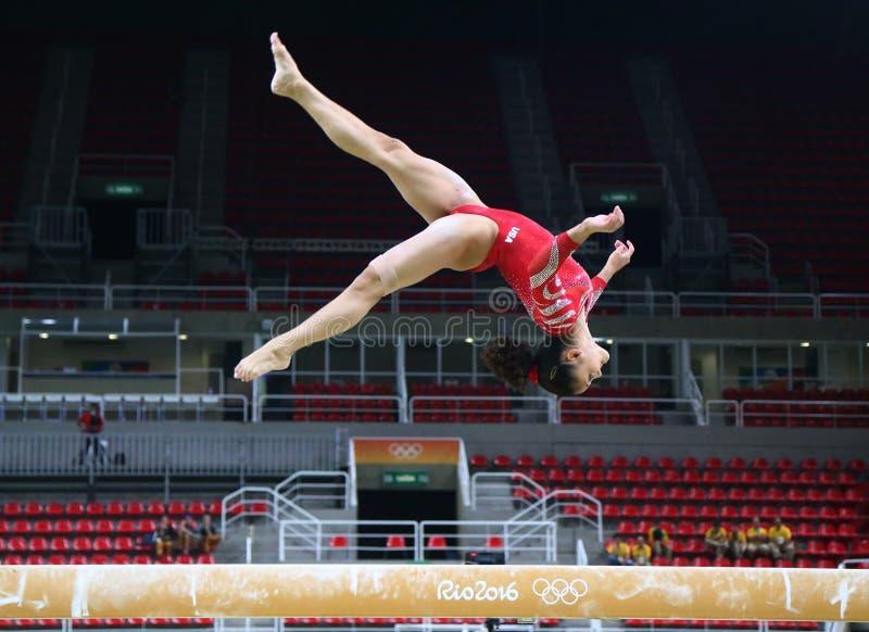 Олимпийский чемпион Laurie Hernandez Соединенных Штатов практикует на коромысле перед ` s женщин все-вокруг гимнастики на Рио 201 стоковое изображение rf