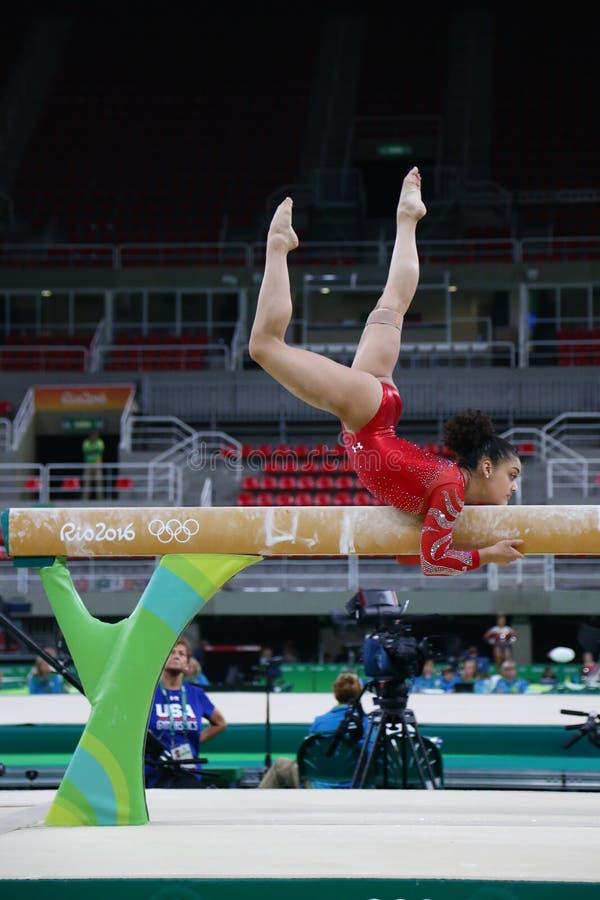 Олимпийский чемпион Laurie Hernandez Соединенных Штатов практикует на коромысле перед ` s женщин все-вокруг гимнастики на Рио 201 стоковые изображения