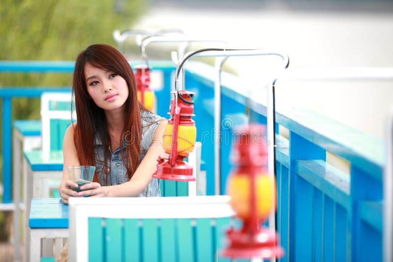 Одиночная азиатская молодая женщина стоковые изображения rf