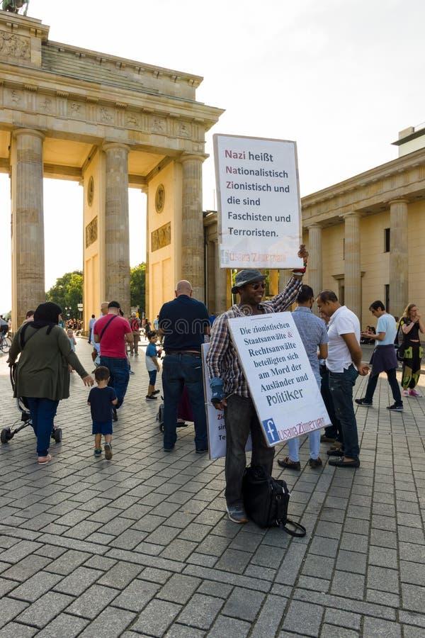 Одиночная акция протеста против сионизма на Pariser Platz перед стробом Бранденбурга стоковые изображения