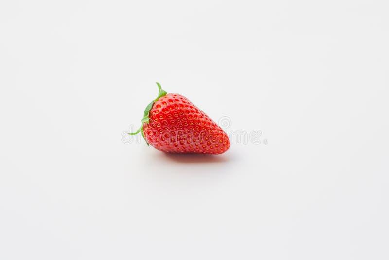 Одиночная органическая и свежая клубника на белой предпосылке стоковая фотография rf