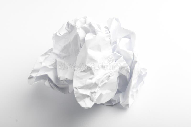 одиночная страница скомканной бумаги на белизне стоковое изображение rf