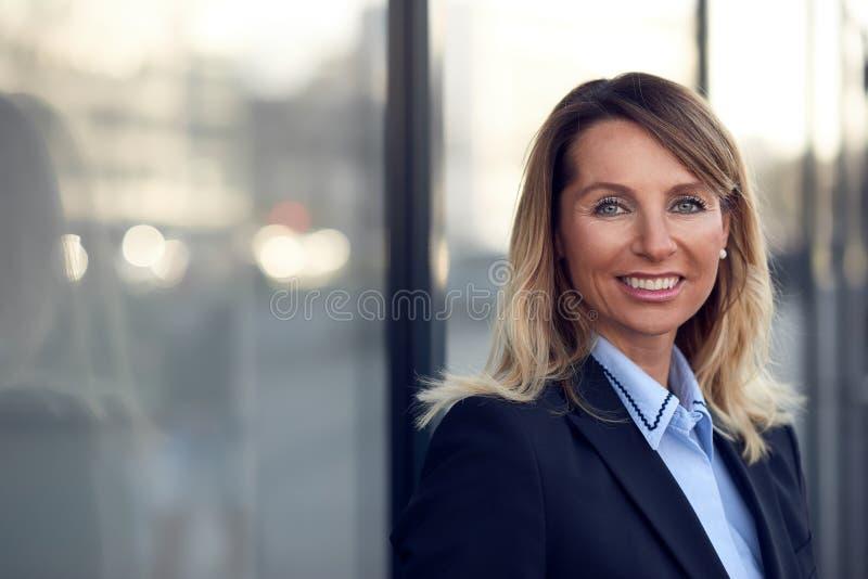 Одиночная уверенно и привлекательная женская коммерсантка стоковые фото