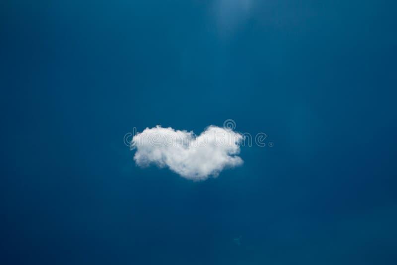 Одиночное облако в голубом небе стоковые изображения