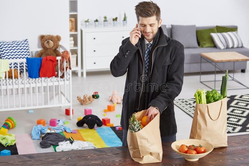 Одиночный отец с хозяйственными сумками стоковые изображения