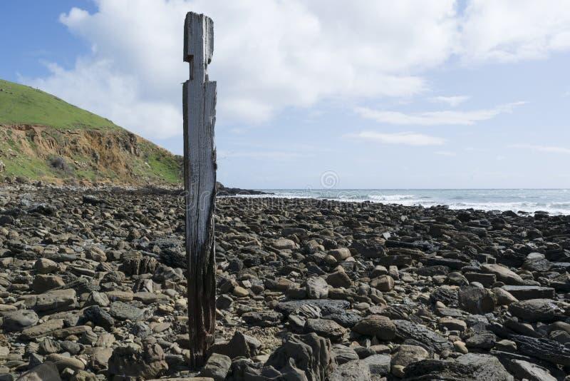 Одиночный столб штендера опоры, руины молы, пляж Myponga, южное Aust стоковые изображения rf