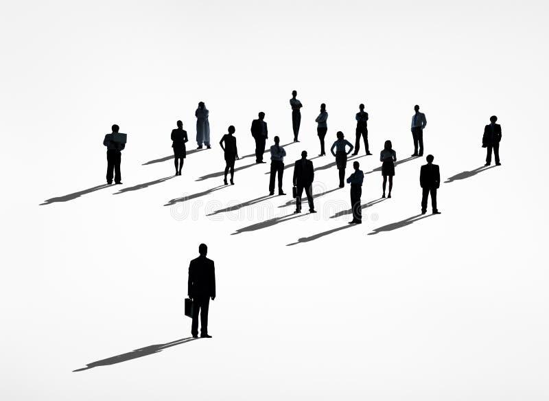 Один бизнесмен стоя вне от толпы иллюстрация штока