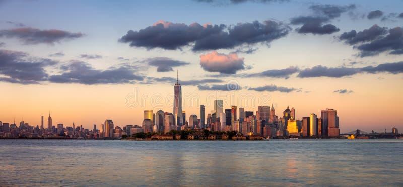 Один всемирный торговый центр, более низкое Манхаттан на заходе солнца, Нью-Йорк стоковое изображение rf