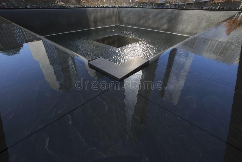 Один всемирный торговый центр (1WTC), отражения башни свободы и след ноги WTC, национального мемориала 11-ое сентября, Нью-Йорка, стоковые изображения rf