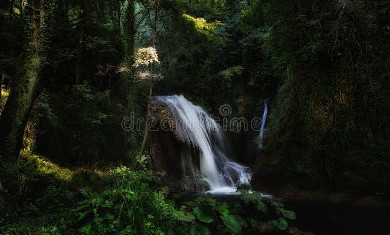 Один из малых водопадов Cascata Delle Marmore каскадов стоковое изображение