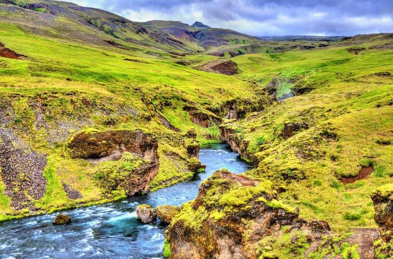 Один из многочисленных водопадов на реке Skoga - Исландии стоковые изображения rf