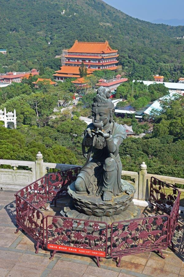 Один из предлагать статуй Devas Большой Шестерки Buddhistic с монастырем Po Lin стоковое изображение