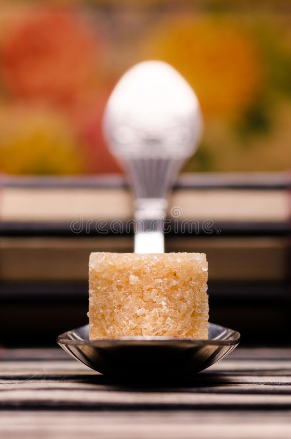 Один куб ложки одного желтого сахарного песка стоковая фотография