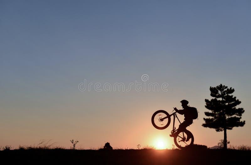Один мир велосипедиста и восхода солнца стоковые изображения rf