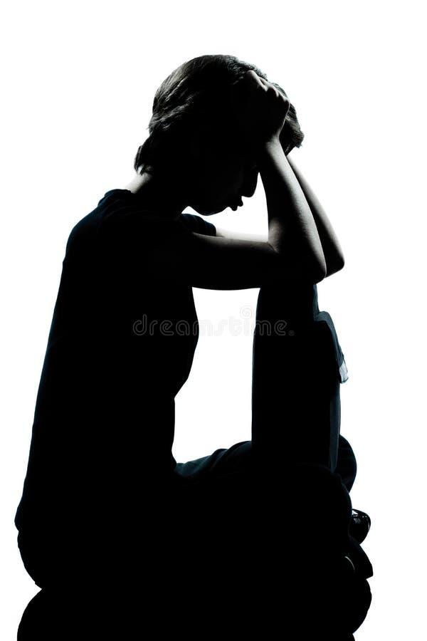 Один молодой силуэт тоскливости мальчика или девушки подростка pouting стоковое фото