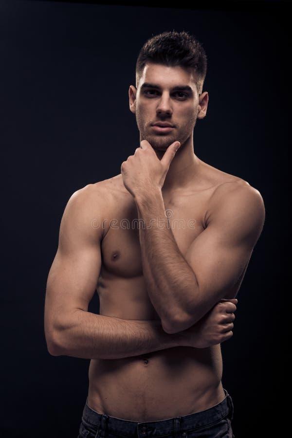 Один молодой человек, темное без рубашки тело стоковое изображение rf
