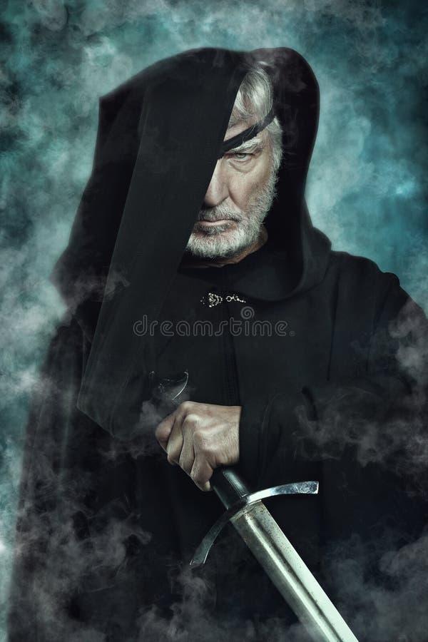 Один наблюданный ратник с черной накидкой стоковое фото rf