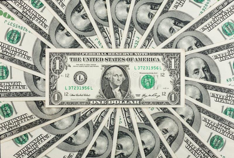 Один доллар лежит на фоне счетов 100-доллара Стоковые Фото