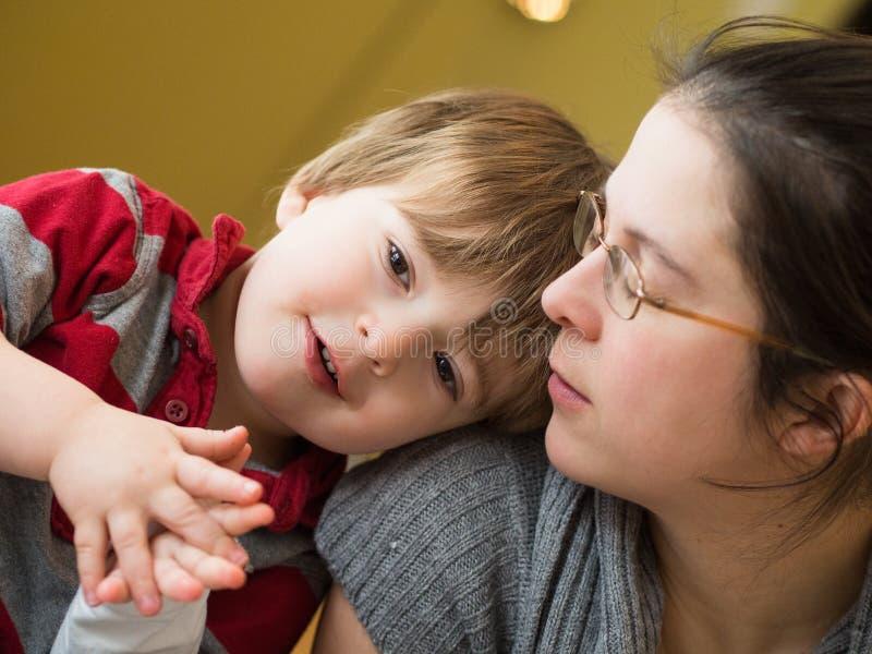Мать и сынок совместно стоковая фотография rf