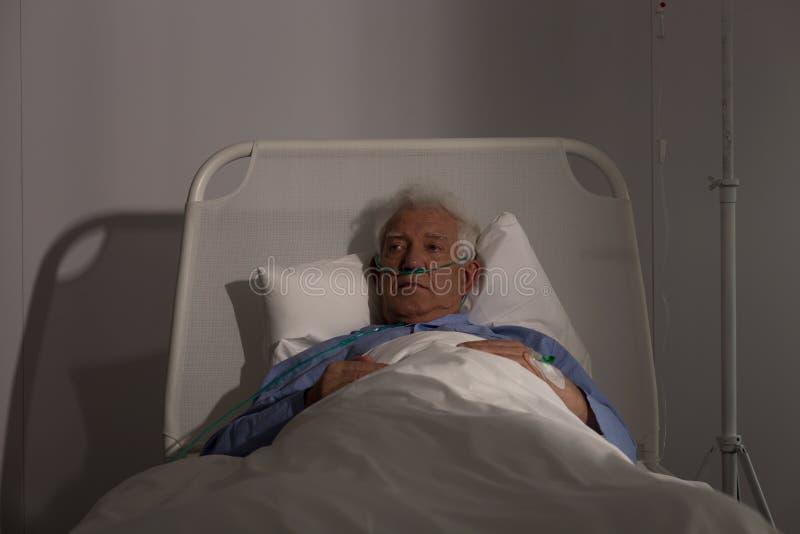 Один старший пациент в больнице стоковое изображение rf