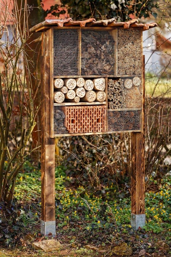 Одичалая гостиница пчелы - гостиница насекомого стоковое изображение