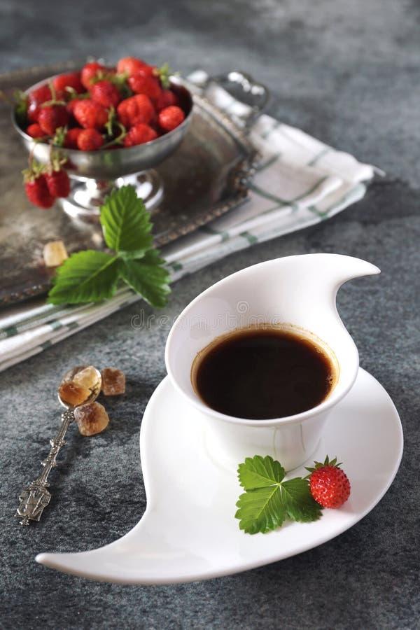 Одичалая клубника и чашка черного кофе стоковая фотография