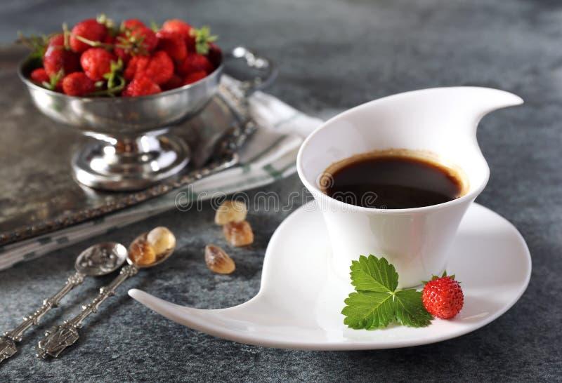 Одичалые клубники и чашка черного кофе стоковая фотография