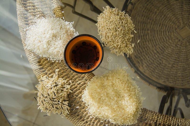 Одичалые типы риса на таблице стоковые фотографии rf