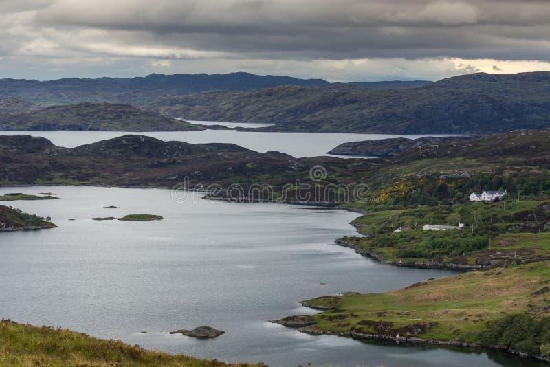 Одичалый ландшафт озера Ardhair и океана, Шотландии стоковые фото