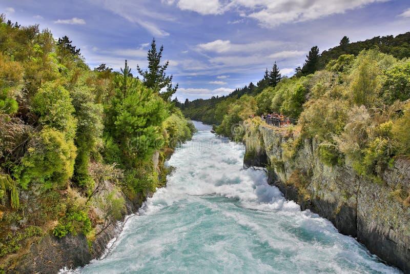 Одичалый поток Huka падает около озера Taupo, Новой Зеландии стоковые фотографии rf